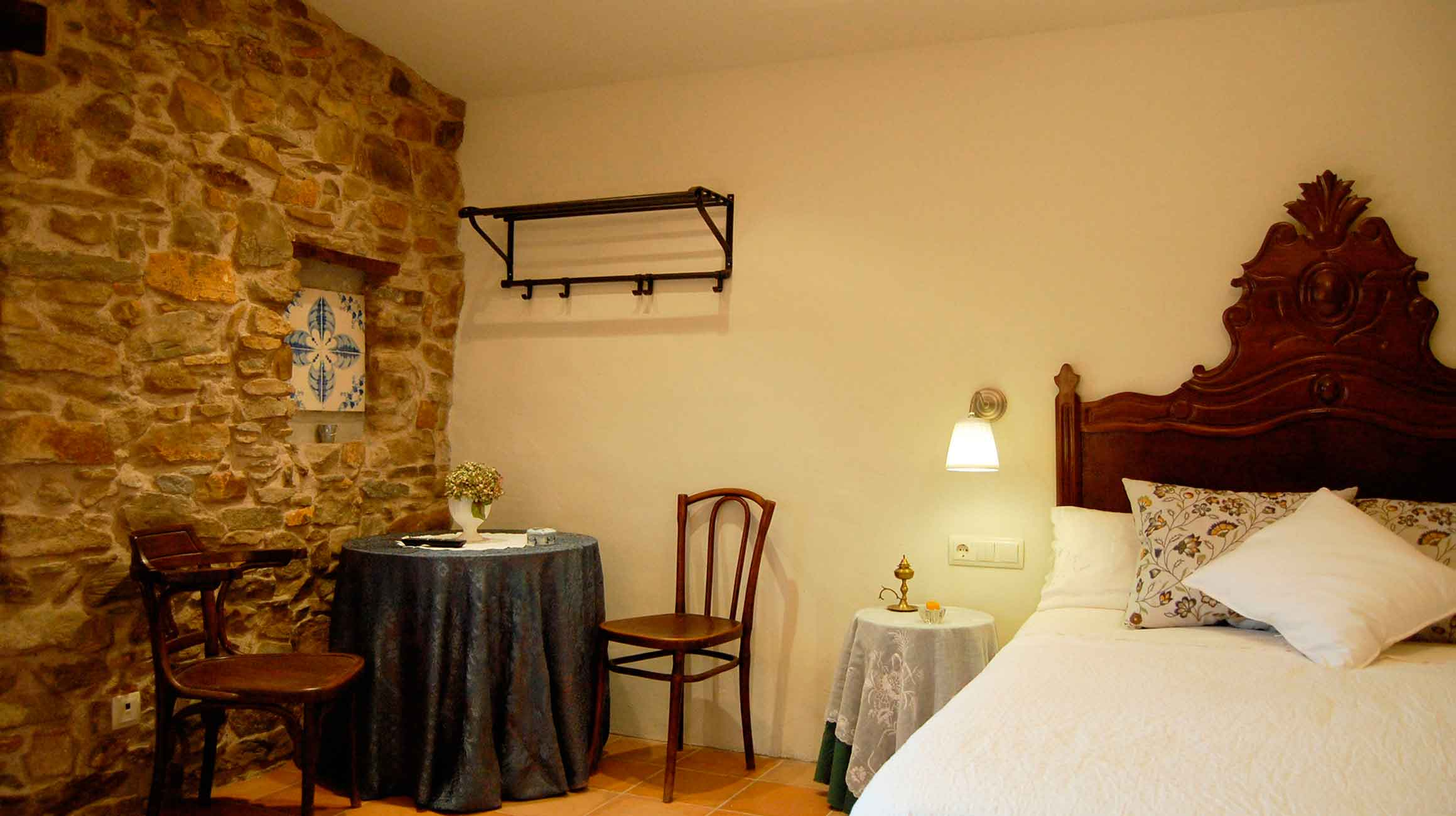 MasRegort Rural tourism Els Bandolers Double room adapted for disabled people located on the first floor.