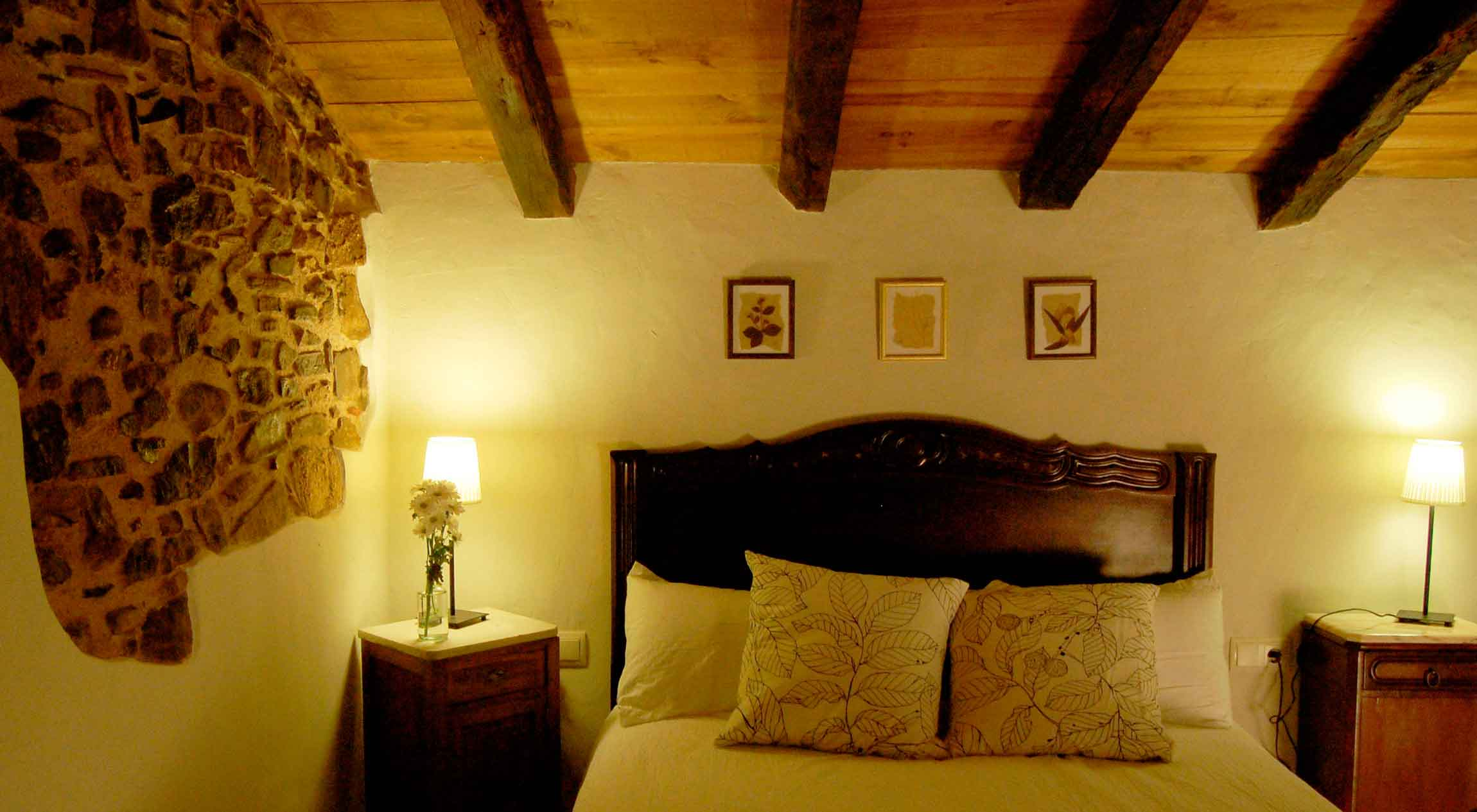 MasRegot rooms Els Cavallers Junior suite: double room with bath.
